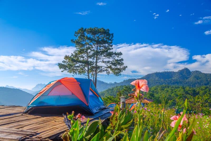 Barracas de acampamento e a névoa no tempo do nascer do sol em Doi Luang Chiang Dao no homem de Doi Mae Ta, Chiang Mai, Tailândia foto de stock royalty free