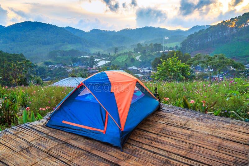 Barracas de acampamento e a névoa no tempo do nascer do sol em Doi Luang Chiang Dao no homem de Doi Mae Ta, Chiang Mai, Tailândia fotos de stock