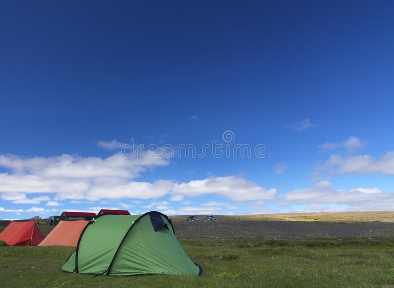 Barracas de acampamento na natureza imagens de stock