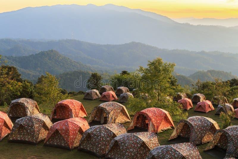 Barracas de acampamento nas montanhas durante o por do sol foto de stock