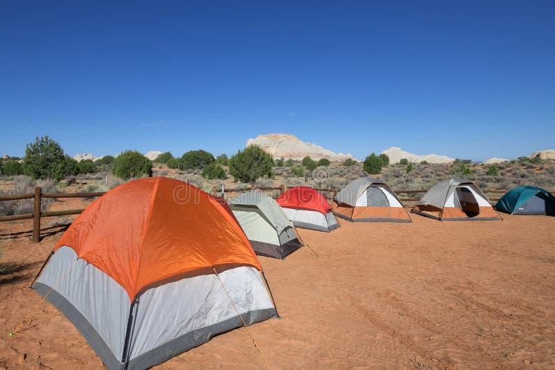 Barracas de acampamento no bolso branco foto de stock