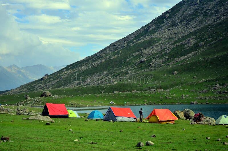Barracas de acampamento no lago Nundkol em Sonamarg, Kashmir, Índia fotografia de stock