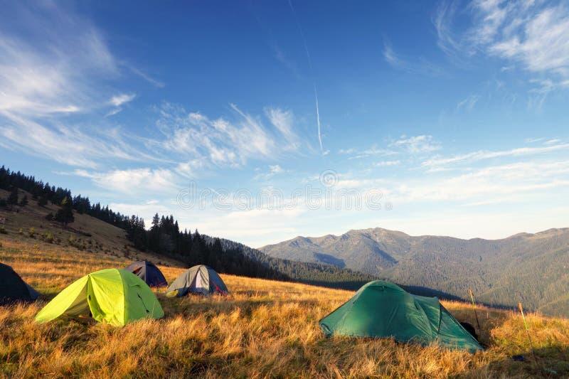 Barracas de acampamento no prado após o nascer do sol imagem de stock royalty free