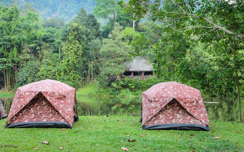 Barracas de acampamento pelo lago imagem de stock royalty free