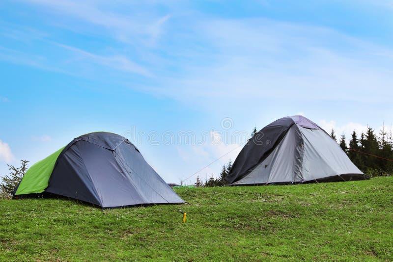 Barracas de acampamento pequenas nas montanhas fotografia de stock