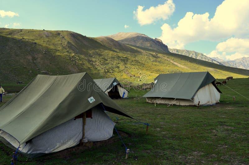 Barracas de acampamento perto dos lagos no passeio na montanha dos grandes lagos de Kashmir fotos de stock royalty free