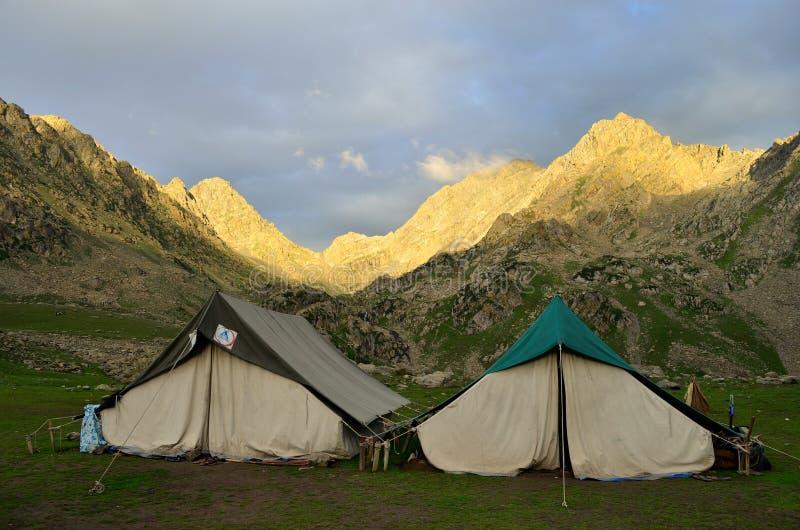 Barracas de acampamento perto dos lagos no passeio na montanha dos grandes lagos de Kashmir fotografia de stock