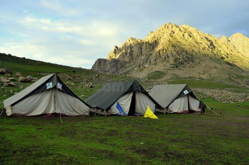 Barracas de acampamento perto dos lagos no passeio na montanha dos grandes lagos de Kashmir foto de stock royalty free