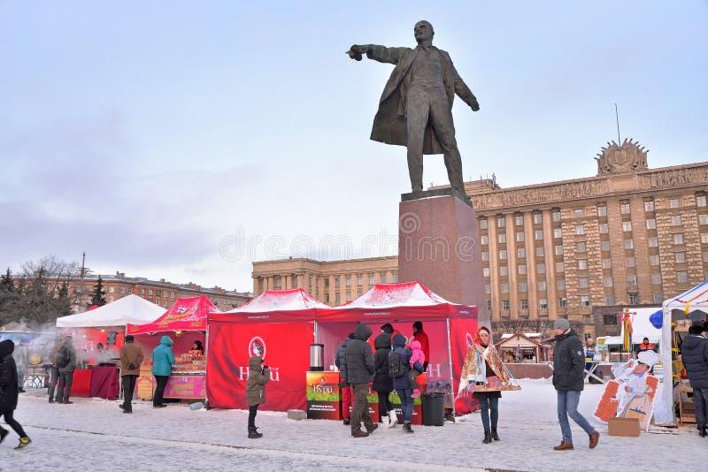 Barracas do chá sob um monumento a Vladimir Lenin durante o carnaval fotos de stock