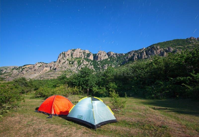 Barracas do turista em um esclarecimento nas montanhas foto de stock