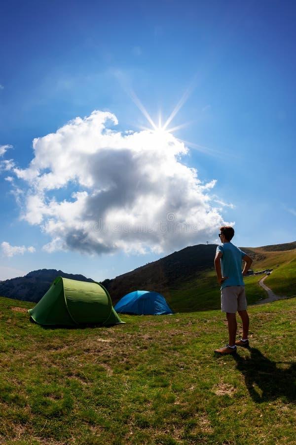 Barracas do turista no acampamento entre o prado na montanha Seaso do verão imagens de stock