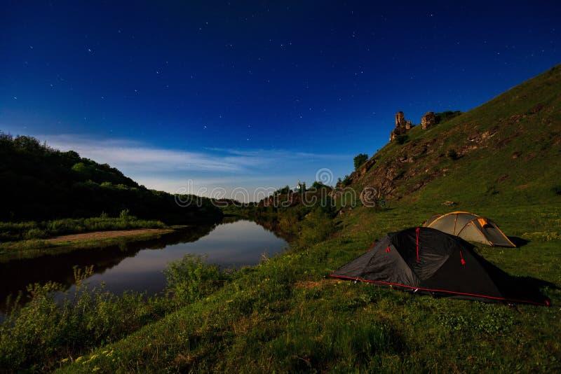 Barracas do turista no riverbank na noite de verão fotografia de stock