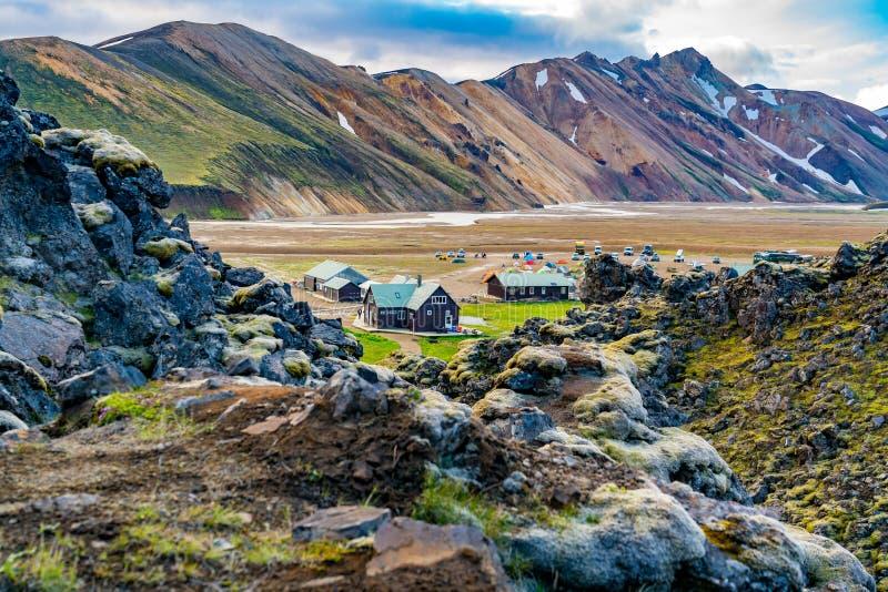Barracas e acampamento em Landmannalaugar nas montanhas de Islândia fotos de stock royalty free