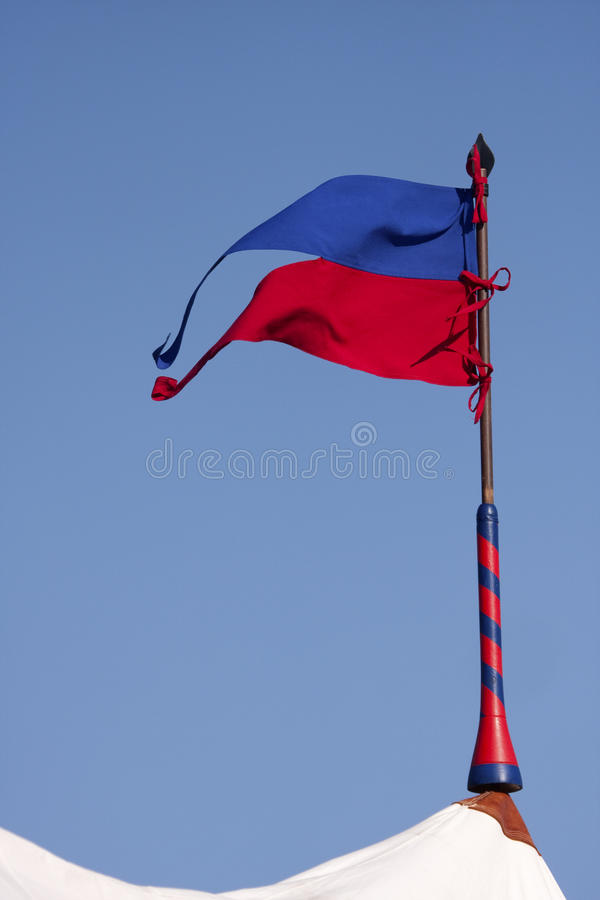 Barracas e bandeiras militares do renascimento no acampamento fotos de stock