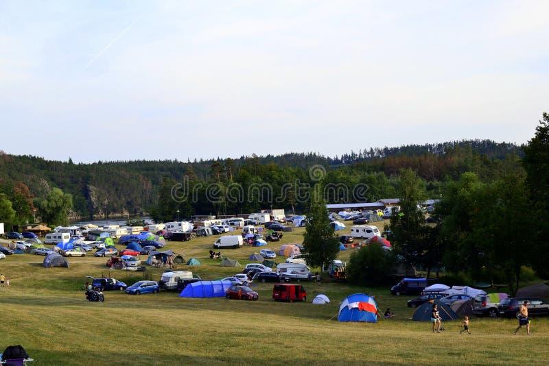 Barracas e caravana no acampamento foto de stock royalty free