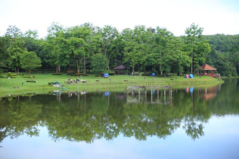 Barracas e reflexão de acampamento no lago fotografia de stock royalty free