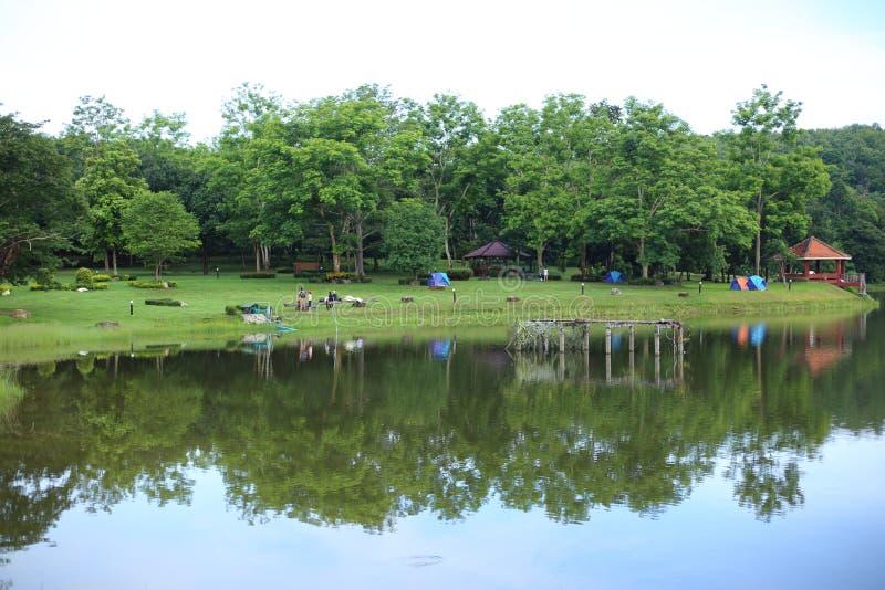 Barracas e reflexão de acampamento no lago imagens de stock royalty free