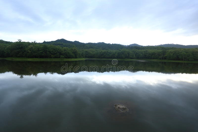 Barracas e reflexão de acampamento no lago imagem de stock