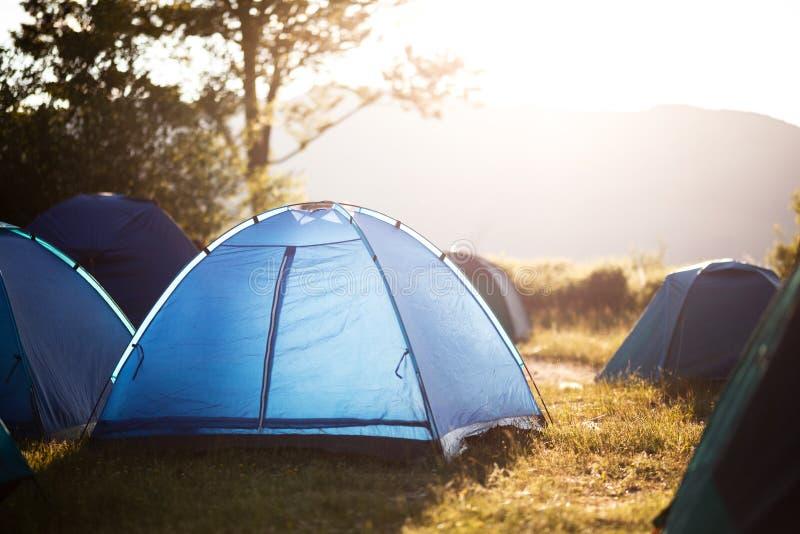 Barracas em um acampamento na natureza foto de stock