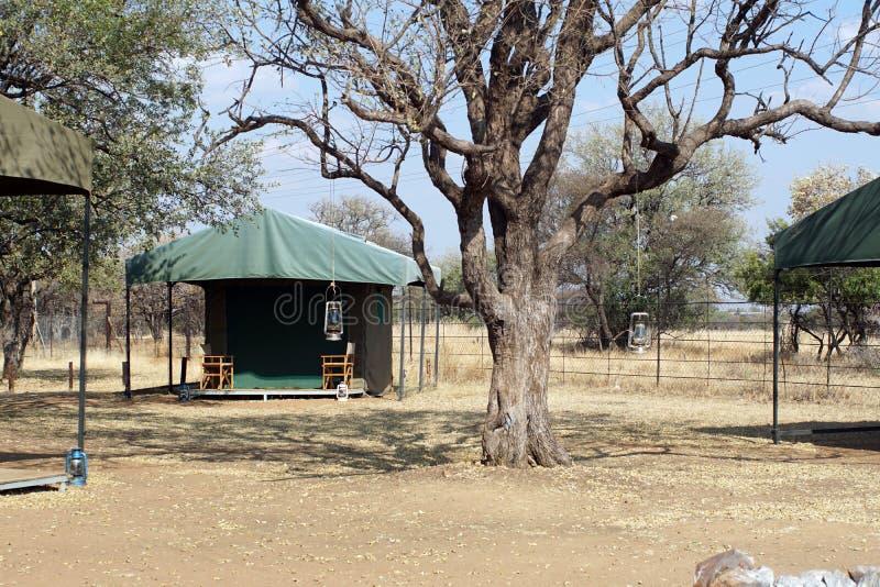 Barracas em um acampamento no parque nacional de Pilanesberg imagem de stock