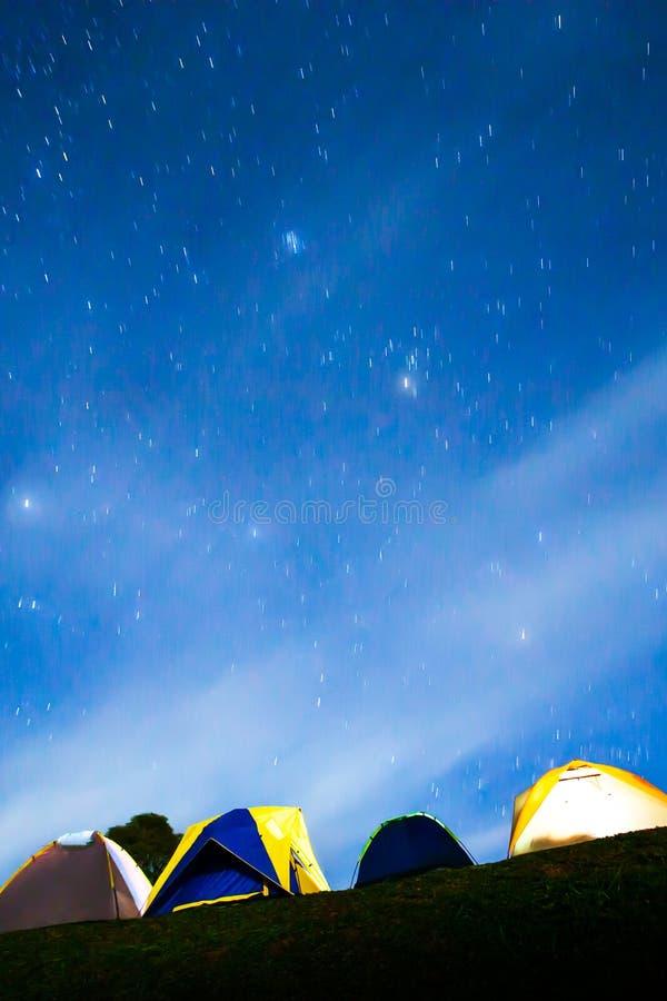 Barracas iluminadas pitorescas sob o céu noturno estrelado imagens de stock royalty free