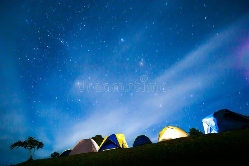 Barracas iluminadas pitorescas sob o céu noturno estrelado foto de stock royalty free