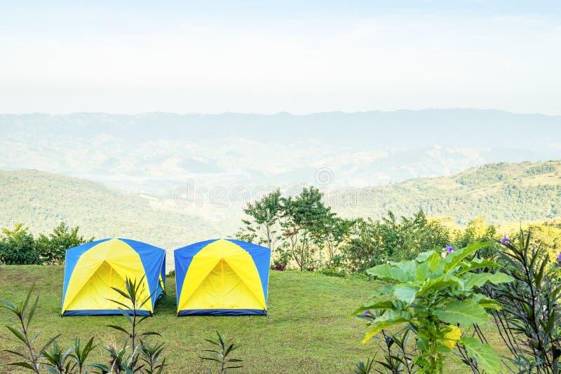 Barracas na montanha na manhã com fundo do céu imagem de stock