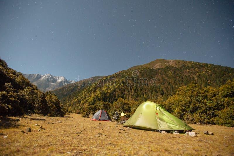 Barracas na noite nos Himalayas, China foto de stock