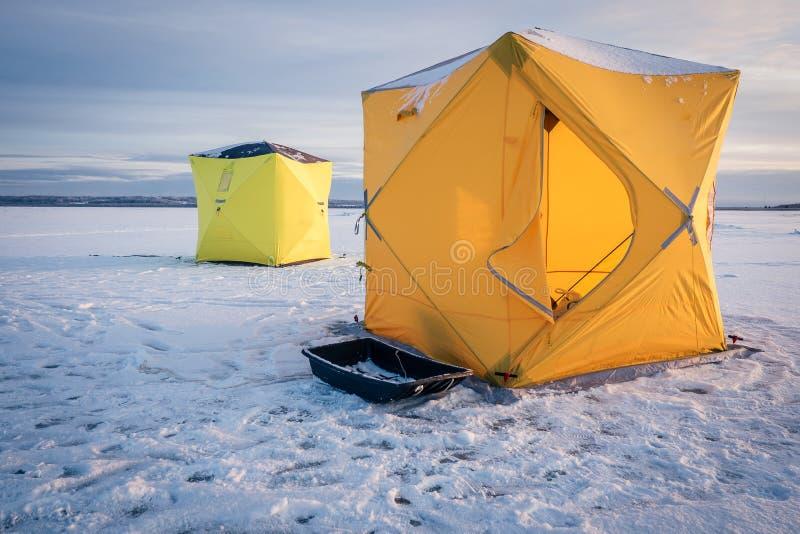 Barracas na pesca do inverno fotografia de stock