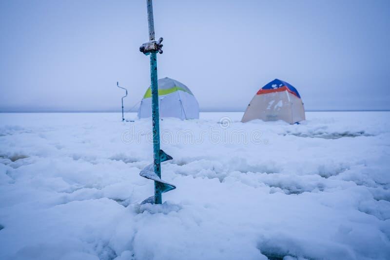 Barracas na pesca do inverno imagem de stock royalty free