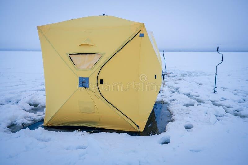 Barracas na pesca do inverno imagens de stock royalty free