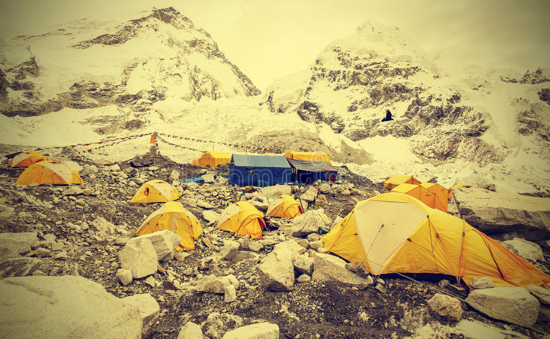 Barracas no acampamento base de Everest no dia nebuloso, efeito do vintage fotos de stock