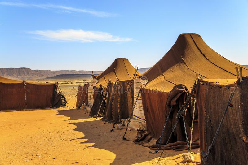 Barracas no meio do deserto com as montanhas no fundo, em um dia ensolarado fotografia de stock royalty free