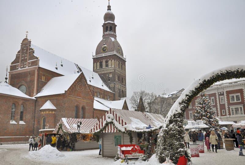 Barracas no mercado do Natal, o quadrado da abóbada, Riga fotografia de stock royalty free