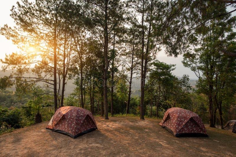 Barracas no montes no nascer do sol no parque nacional Tak de Taksin Maharach, Tailândia fotos de stock royalty free