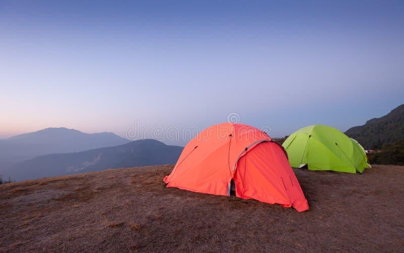Barracas para o acampamento do grupo fotografia de stock royalty free