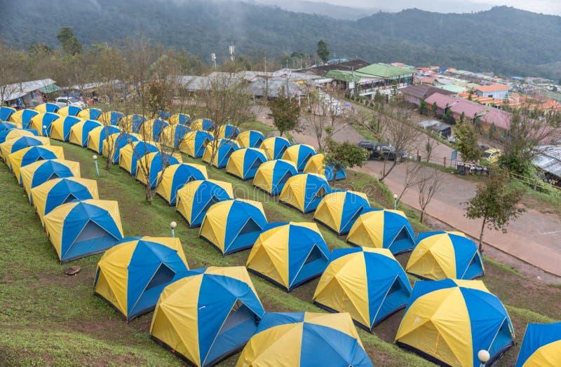 Barracas que acampam na paisagem do monte em Phu Thap Boek, foto de stock royalty free