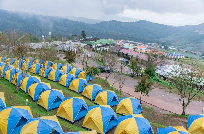 Barracas que acampam na paisagem do monte em Phu Thap Boek, fotografia de stock royalty free