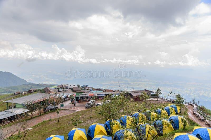 Barracas que acampam na paisagem do monte em Phu Thap Boek imagem de stock