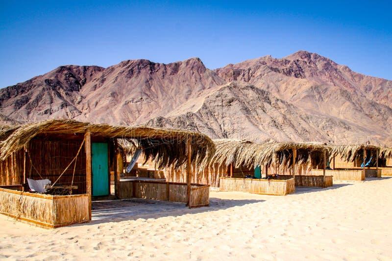 Barracas simples do estilo do bungalow em uma estância de verão do deserto em Nuweiba na costa de Mar Vermelho da peninsula do Si fotos de stock royalty free