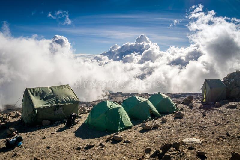Barracas sobre nuvens para os povos que trekking o Monte Kilimanjaro fotografia de stock