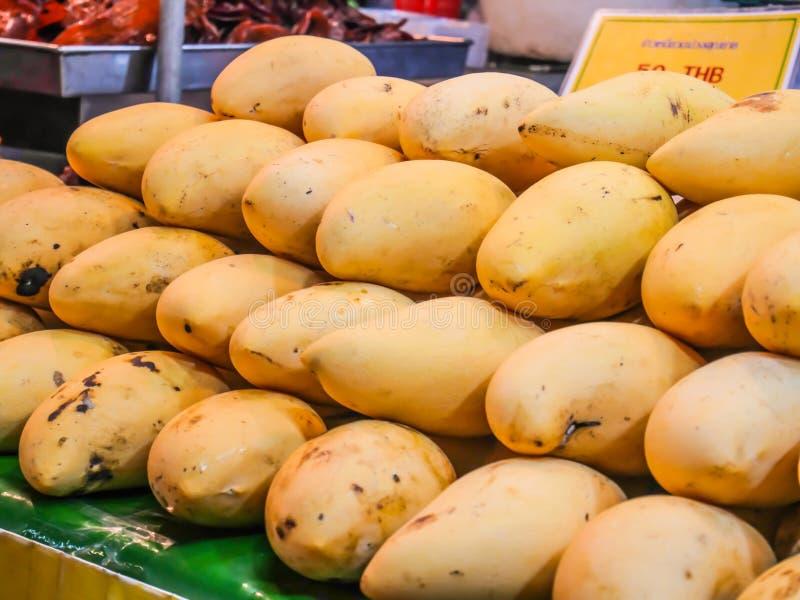Barracudamango på mat stannar, tropisk frukt som säljs på fruktnattmarknad i Hua Hin, Thailand fotografering för bildbyråer
