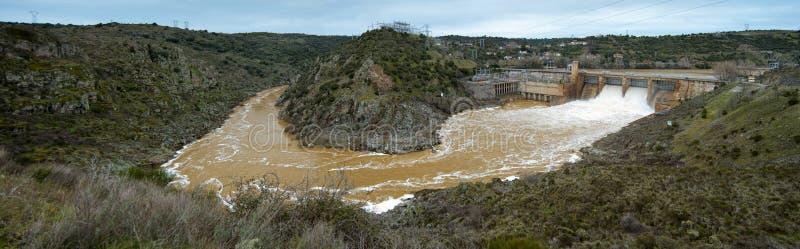 barrage artificiel libérant l'eau photo libre de droits