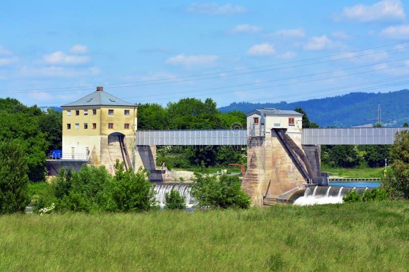Barrage avec le pré d'inondation aux inondations de surpress à la rivière le Neckar en Allemagne photo stock