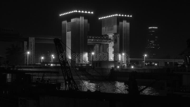 Barrage chez Three Gorges avec une cargaison continuant la nuit photos libres de droits