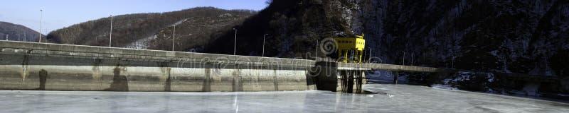 Barrage d'arrêt-barrage à eau par le lac figé image libre de droits