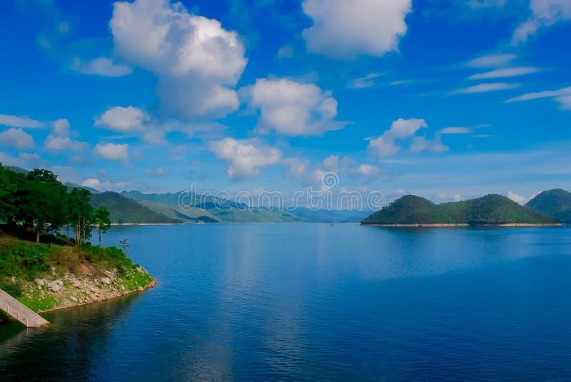 Barrage de Kaeng Krachan dans Petcahburi à la Thaïlande, au paysage Natrue et à une brume de l'eau au barrage de Kaeng Krachan image stock