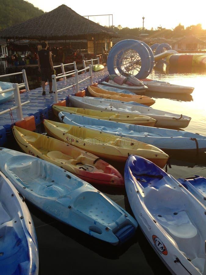 Barrage de milieu de bateau de soirée photographie stock libre de droits