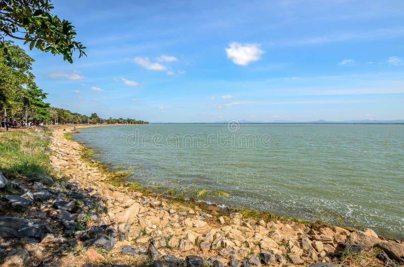Barrage de PA Sak Jolasid, ciel de jour et clair photos stock