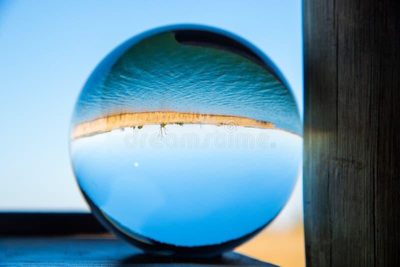 Barrage de Rietvlei à travers une boule de verre massif photographie stock libre de droits
